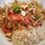 Asiapfanne mit Weißkohl, Brokkoli und Reis