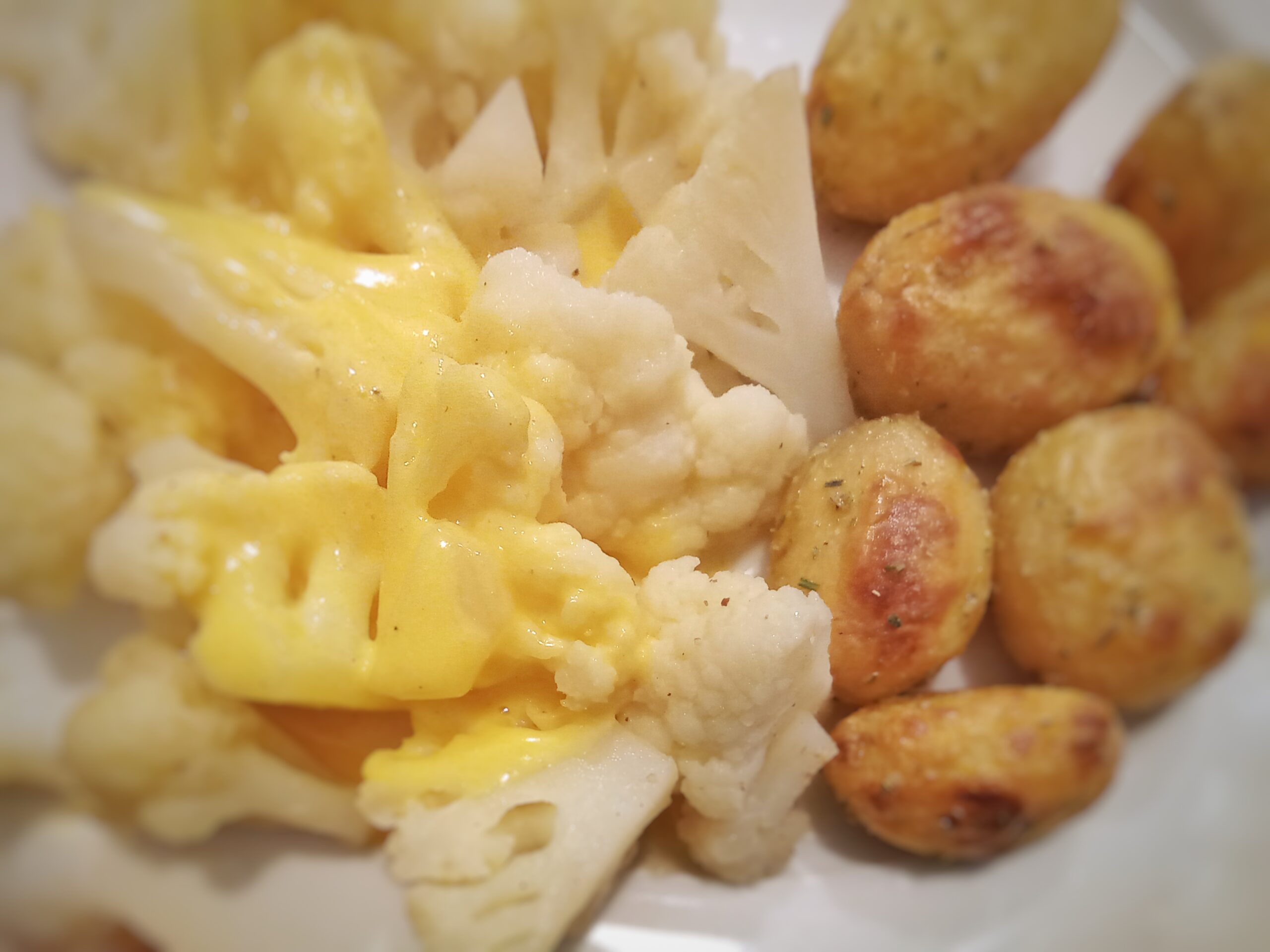 Blumenkohl mit Sauce Hollandaise und Ofenkartoffeln