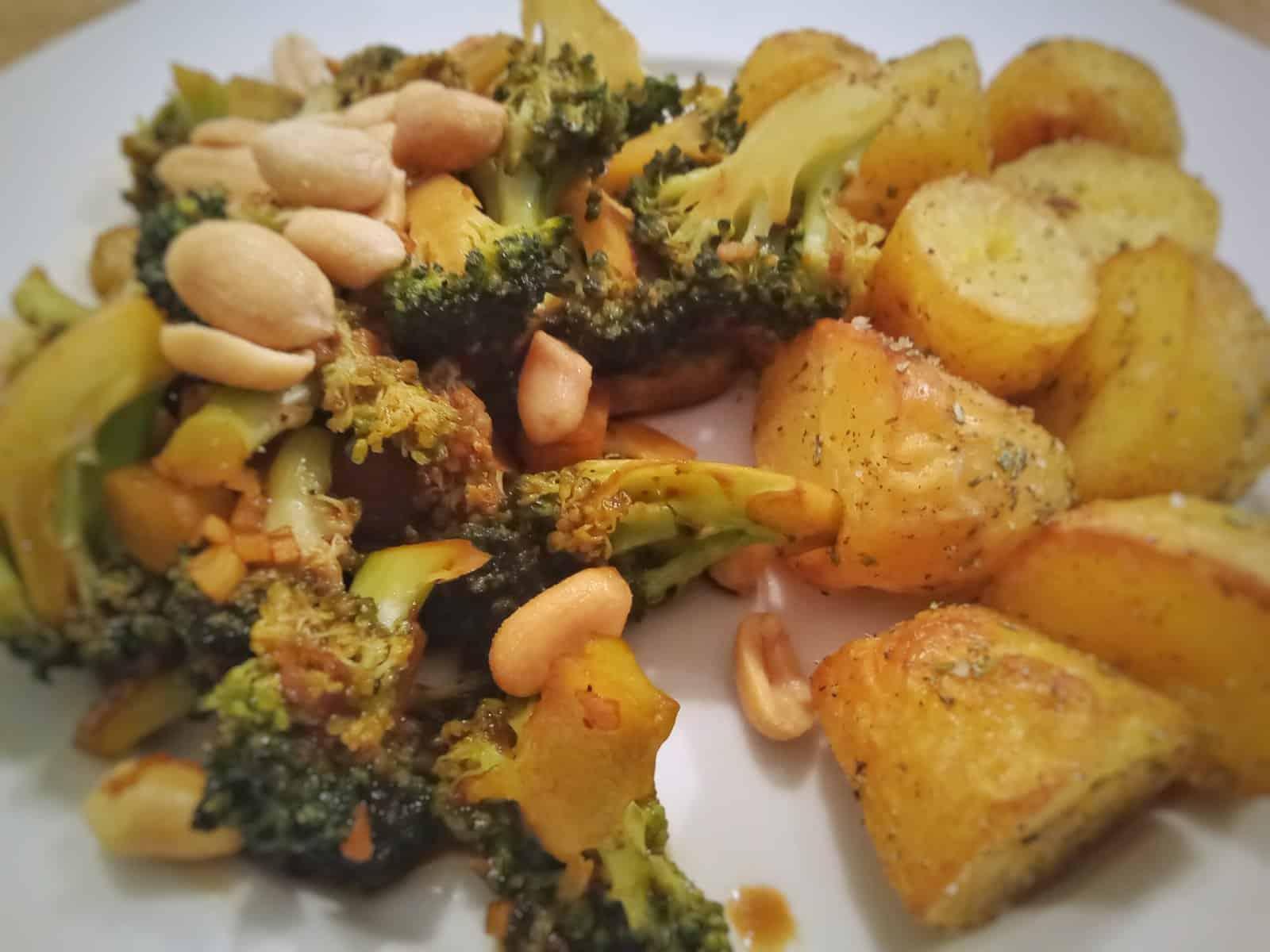 Brokkoli mit Sojasauce gebraten und gebackene Fenchelkartoffeln