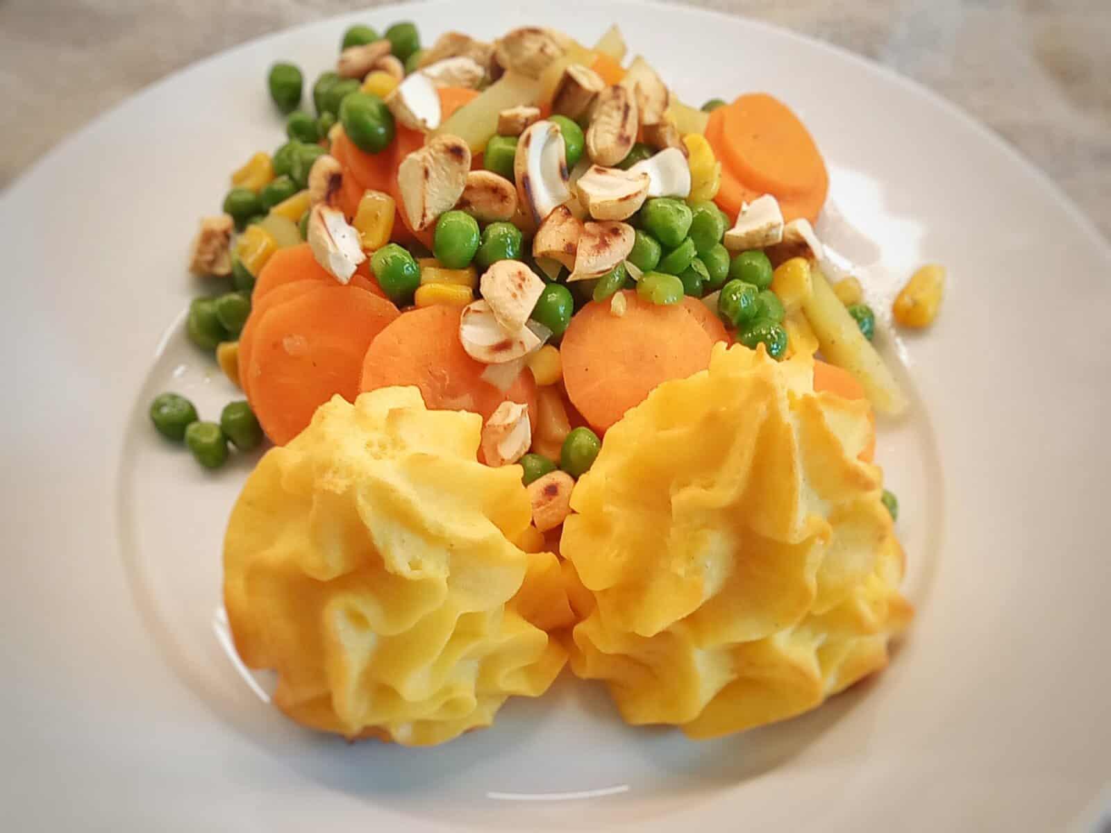 Herzoginnen-Kartoffeln mit Gemüse und Cashew-Kernen