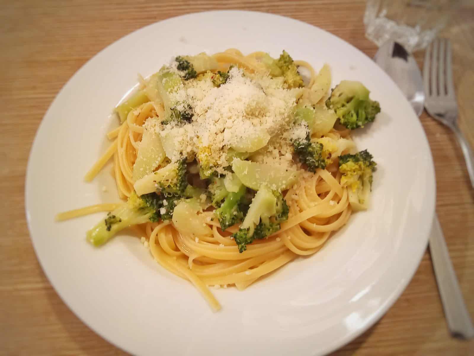 Linguini mit gedünstetem Brokkoli in Fischsauce