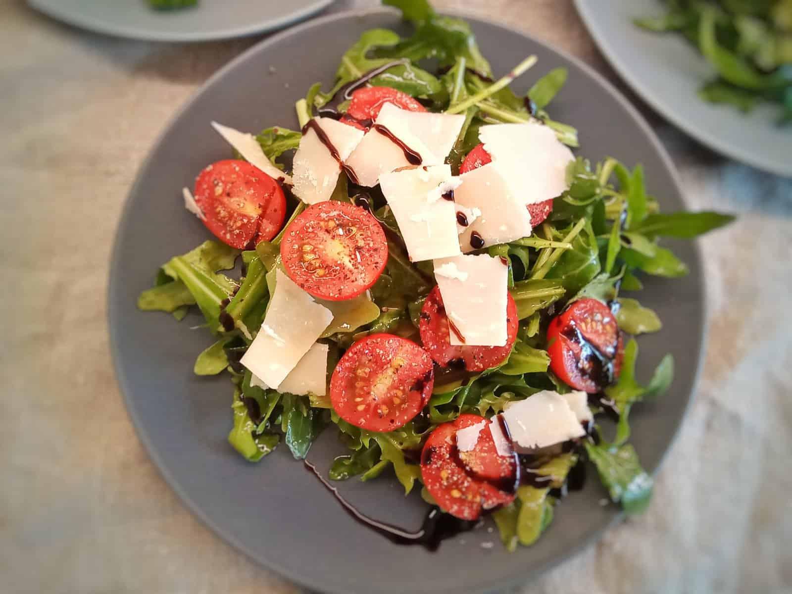 Rucola mit Tomaten und gehobelten Parmesan