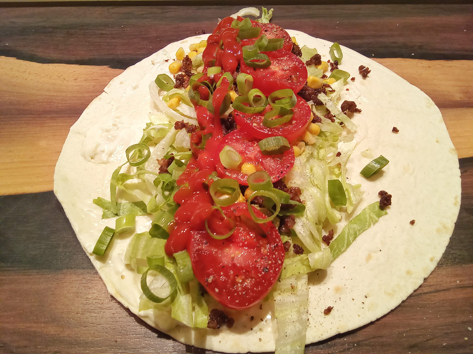 Wrap mit Hackfleisch, Tomate und Salat