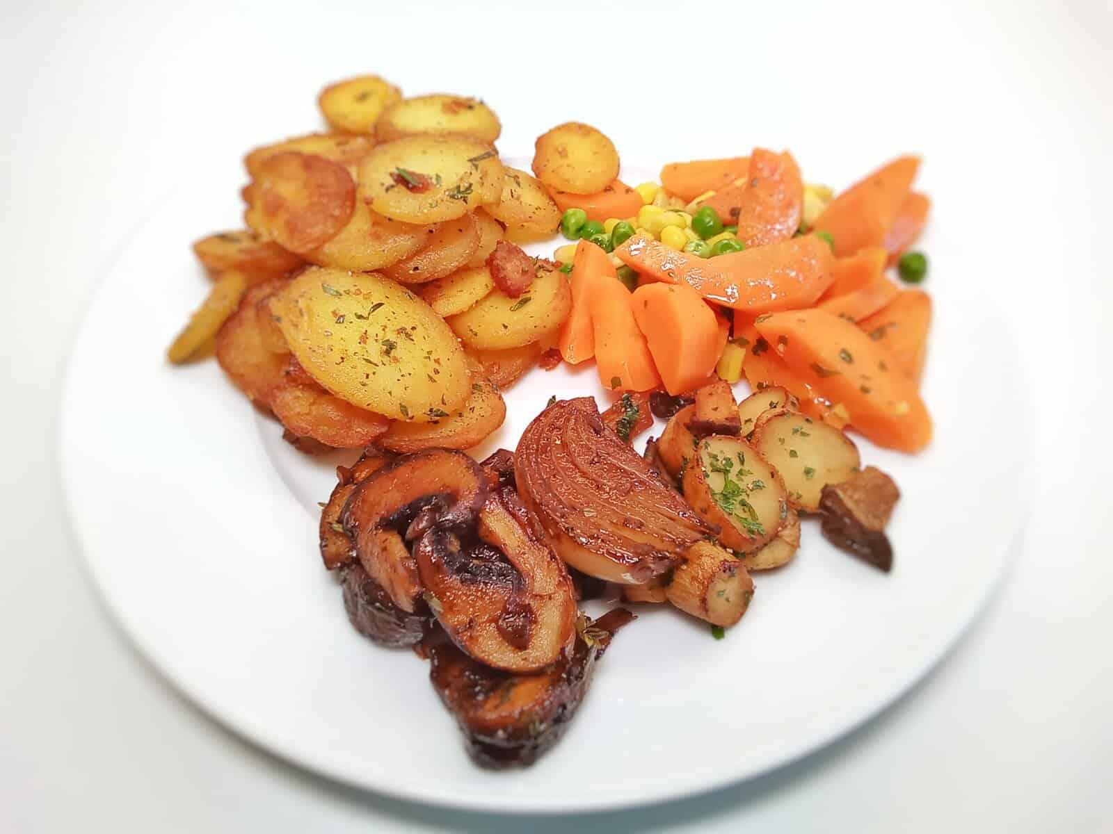 Bratkartoffeln mit Pilzen und Gemüse