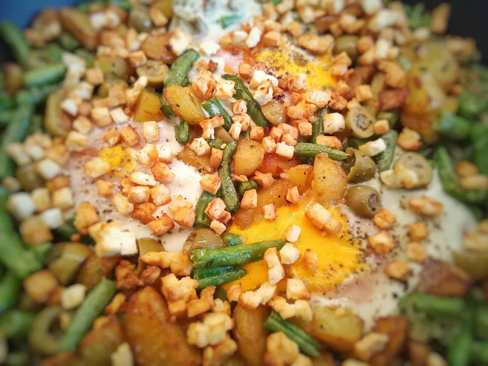 Bohnenpfanne mit gebratenen Fenchelkartoffeln und gebackenen Fetawürfeln