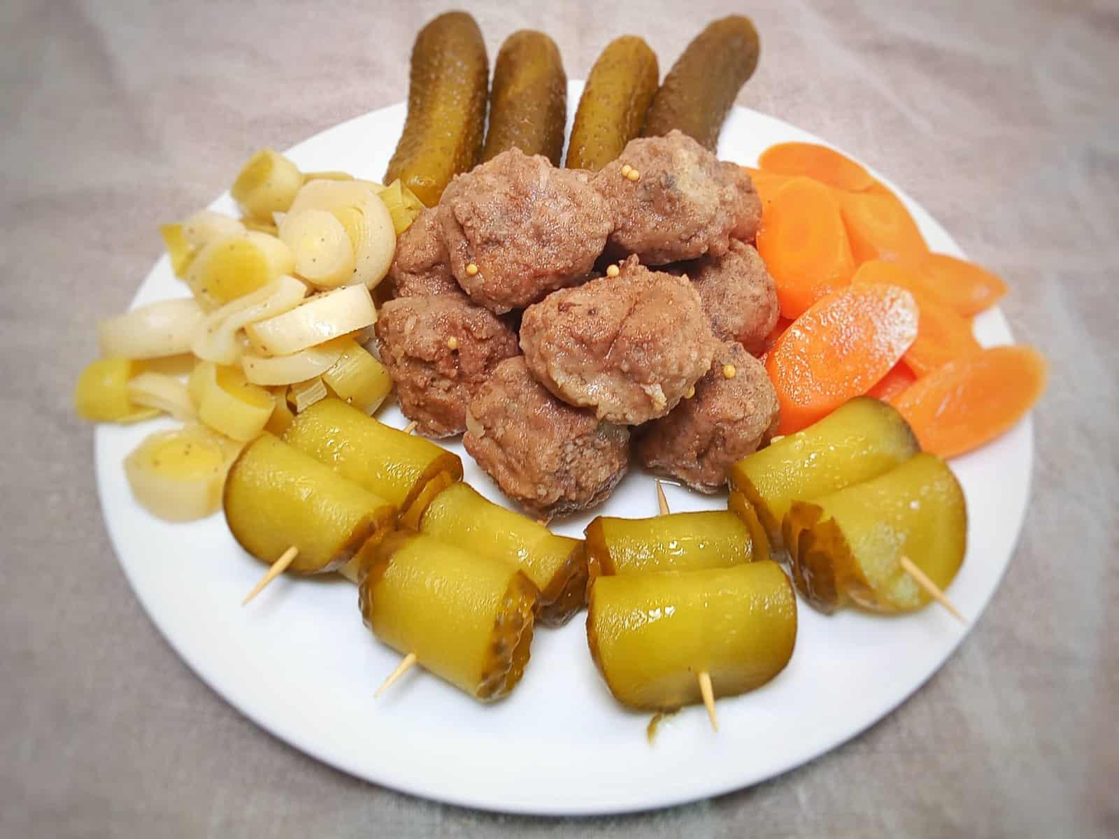 Bratheringsröllchen und süß-sauren Antipasti