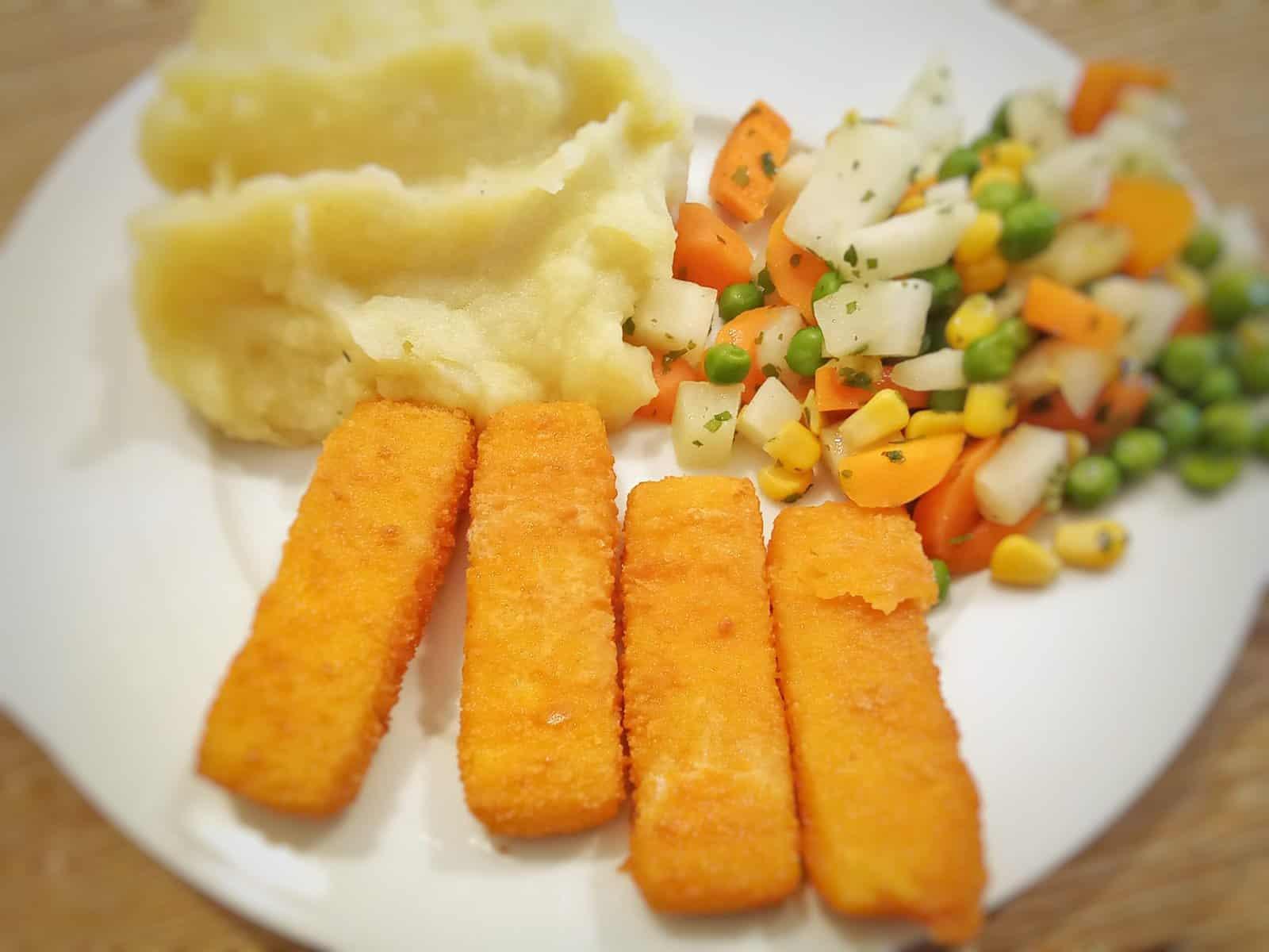 Fischstäbchen mit Kartoffelpüree und Gemüse