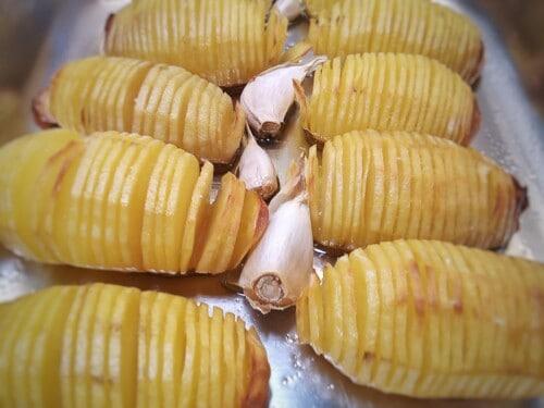 Hasselback-Kartoffeln mit Knoblauch backen