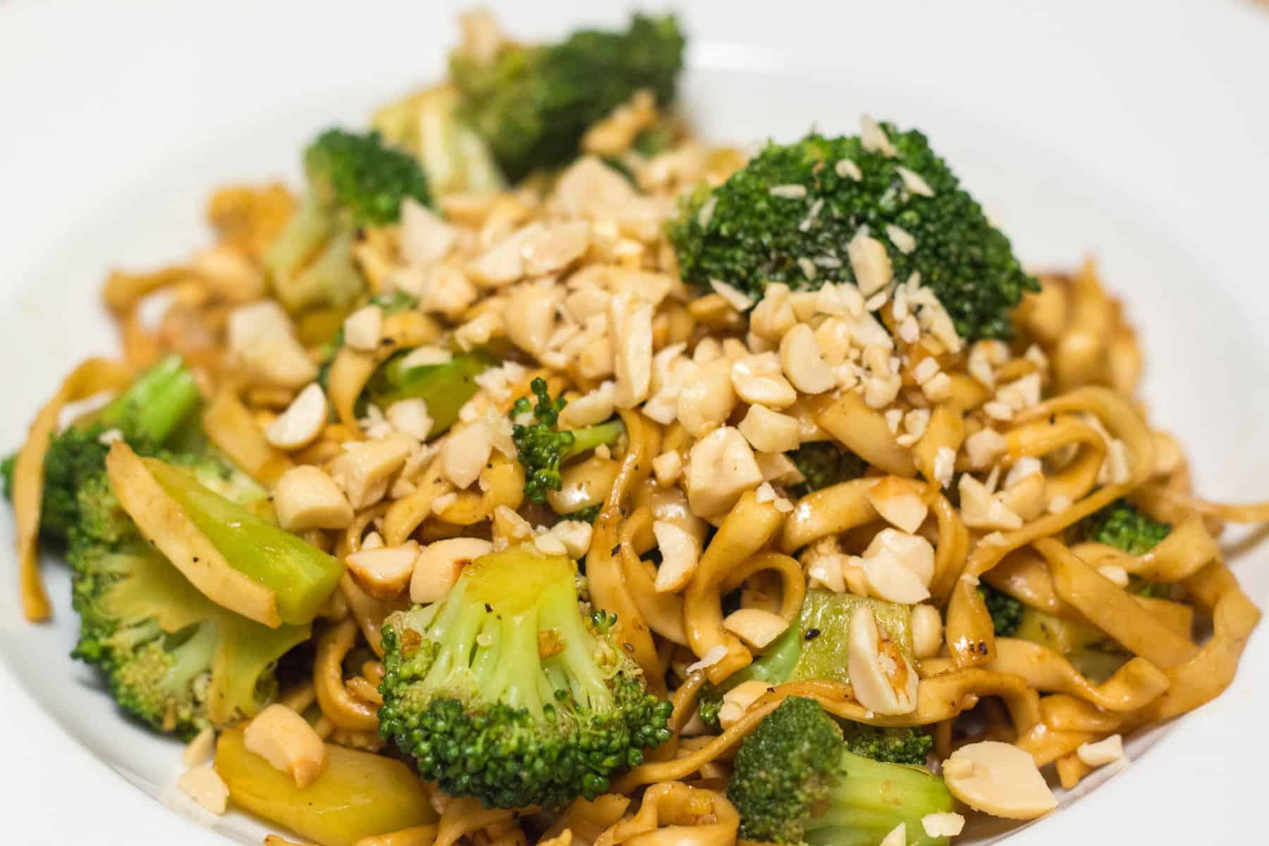 Brokkoli mit Asianudeln, gebratenem Ei und Erdnüssen