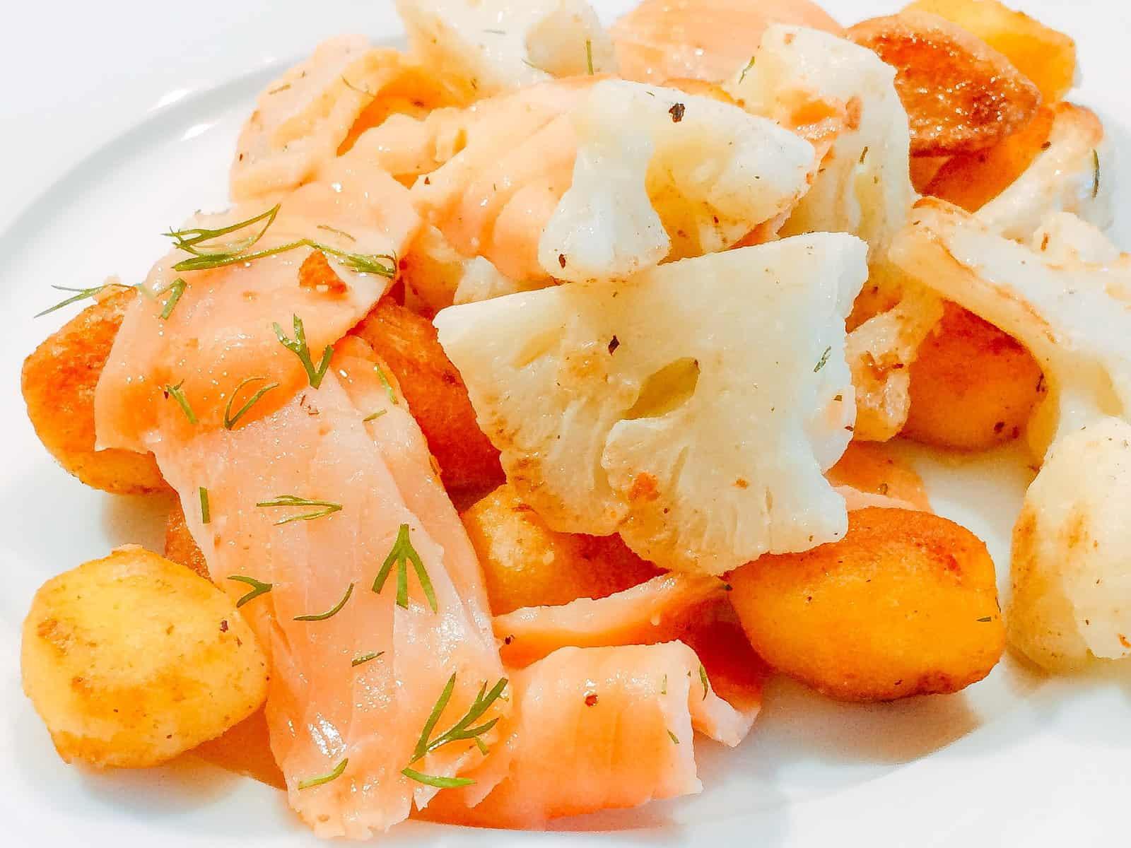 gebratene Kartoffeln mit Blumenkohl und Räucherlachs